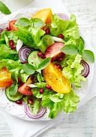 insalata di pomodori colorati con semi di melograno foto