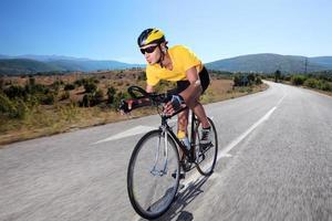 ciclista in sella a una bicicletta foto