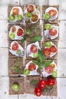fetta di pane integrale e pomodorini foto