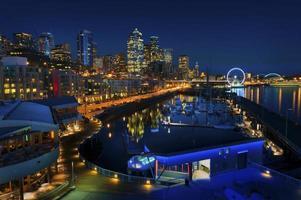 lungomare di Seattle al tramonto foto