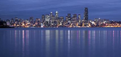 luci dell'edificio per uffici del lungomare di Seattle che riflettono nella notte della baia di elliott foto