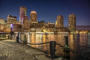 scena di notte di Boston, Massachusetts skyline del centro città. foto