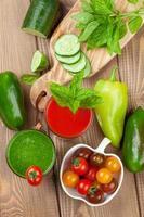 frullato di verdure fresche. pomodoro e cetriolo