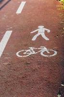segni di piste ciclabili e pedonali foto