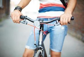 bicicletta e il suo proprietario foto