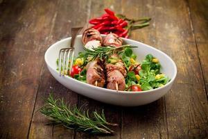 spiedini di carne sul tavolo di legno