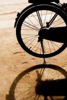 bicicletta in piedi nel parcheggio e la sua ombra