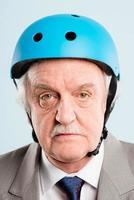 uomo divertente che indossa casco da ciclismo ritratto persone reali alta definizione foto