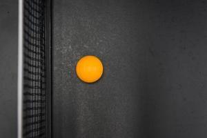 palla da ping pong sul tavolo nero foto