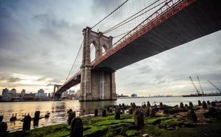 ponte di Brooklyn dopo la pioggia