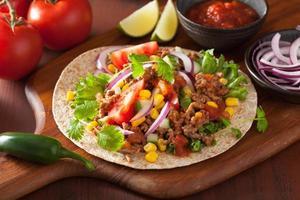 taco messicano con mais cipolla salsa di manzo pomodoro foto