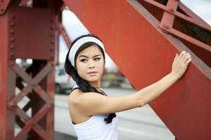 femmina atletica che riposa sul ponte foto
