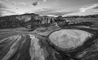 modelli di roccia in bianco e nero delle onde di fuoco foto