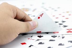 asso diamante su carte in pila foto