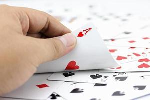 asso cuore su carte in pila foto