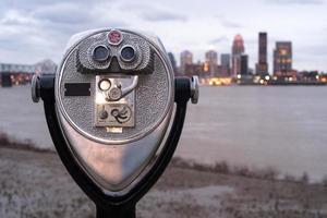 pagare per visualizzare ingrandimento pubblico vista binocolo parco lungo il fiume