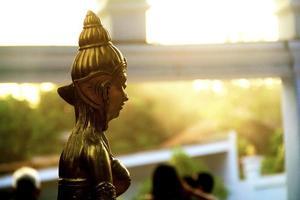 statua dorata della dea asiatica foto