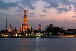 Città di Bangkok, Wat Arun al punto di riferimento di tempo crepuscolare di Bangkok foto