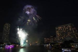 Vista notturna e fuochi d'artificio a Bangkok, in Thailandia