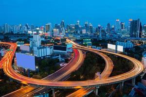 skyline del centro città di bangkok foto
