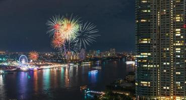 scena notturna di fuochi d'artificio con vista sul fiume paesaggio urbano di bangkok foto