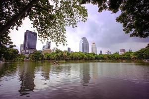Vista della città di Bangkok con giardino