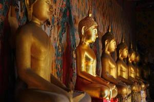 statua del buddha nel wat arun foto