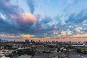 tramonto sulla città di bangkok foto