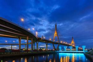 ponte di bhumibol a tempo crepuscolare, Bangkok, Tailandia