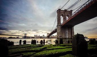 ponte di Brooklyn dopo la pioggia foto