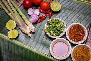 erbe su legno per la cottura tailandese dell'alimento di Tom Yum. foto