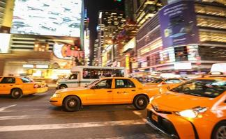 taxi sul 7 ° viale a times square, new york city