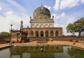 mausoleo e piscina riflettente con moschea foto