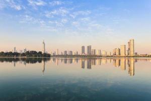 skyline della città moderna con il bellissimo lago foto