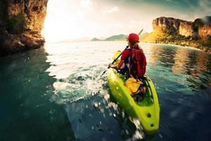 donna con il kayak foto