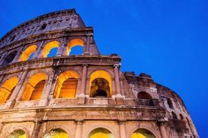 crepuscolo del colosseo il punto di riferimento di roma, italia. foto