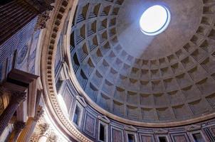 interno del pantheon di roma con il famoso raggio di luce foto