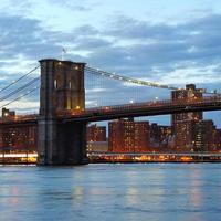 ponte di Brooklyn con skyline del centro al crepuscolo foto