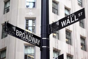 segnali stradali di Broadway e Wall Street foto