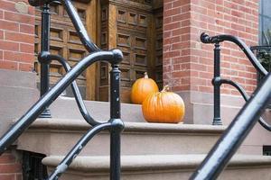 zucche di Halloween vicino alla porta foto