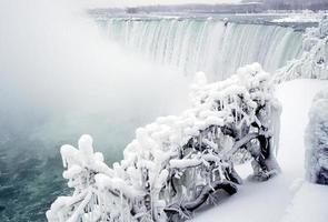 vista delle cascate del niagara in inverno con la neve foto