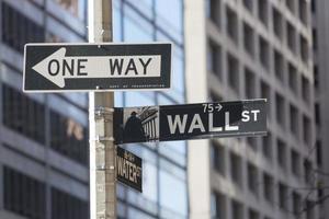 Wall Street firma dentro New York City foto