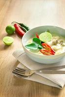 zuppa di cocco cremosa speziata con pollo, cibo tailandese foto
