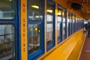 segno non fumatori sul traghetto di staten island, nyc foto