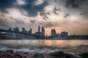 tramonto sotto il ponte di manhattan foto