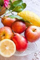 piatto di frutta sul tavolo foto