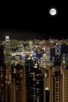 luna piena sopra il porto di Victoria di notte, Hong Kong