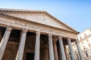 facciata con colonne del pantheon, roma, italia foto