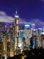 paesaggio urbano di notte foto