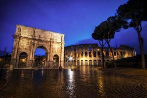 Colosseo e arco di Costantino di notte foto